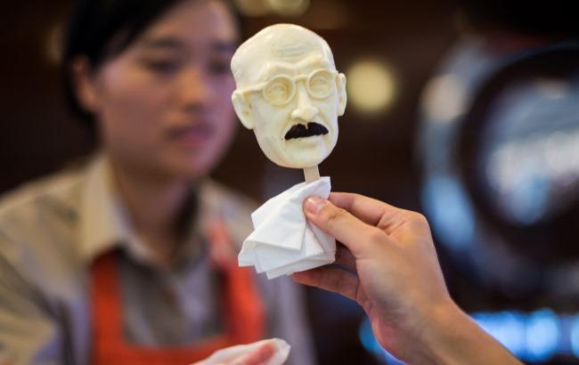В Китае продают мороженое в виде головы повешенного премьера Японии