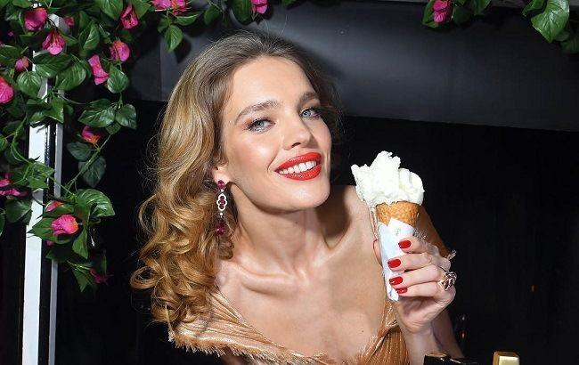 В золоте и с алыми губами: Наталья Водянова блистала на вечеринке в роскошном образе Dior