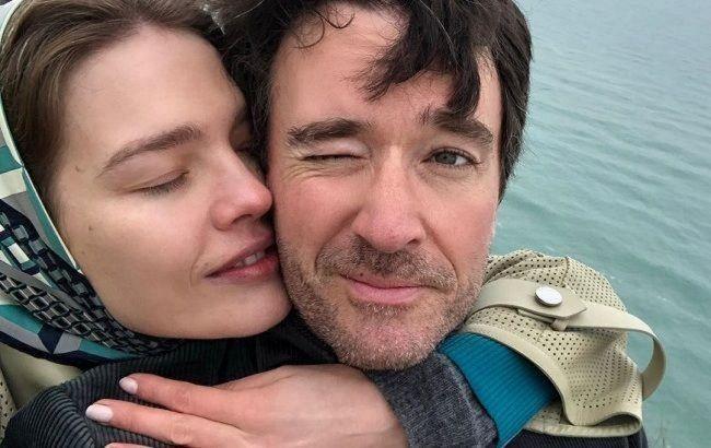 Это любовь: Наталья Водянова в легинсах и ярких кроссовках отправилась на пробежку с мужем