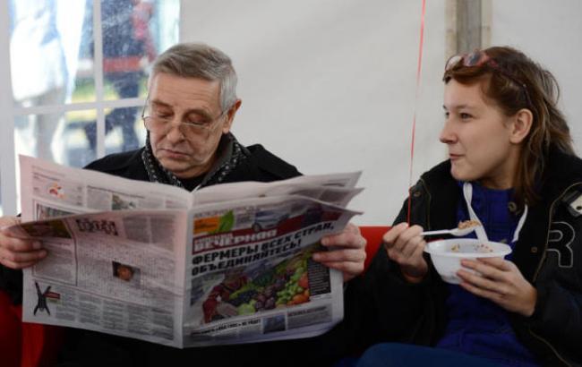 Фото: Украинцы не доверяют власти и полагаются на родных (twitter.com)