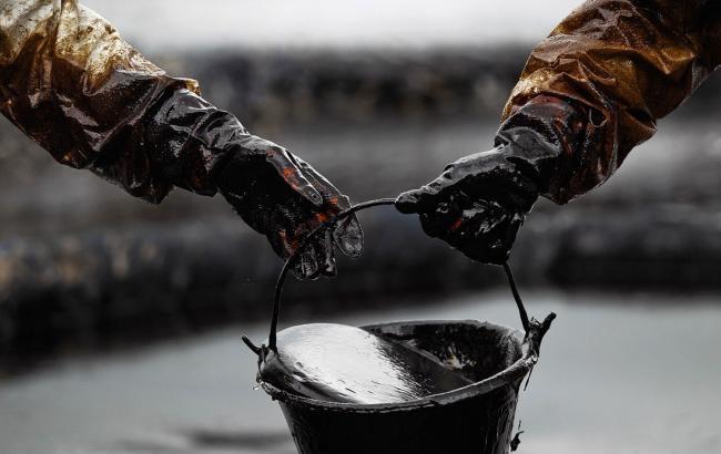 Нефть Brent торгуется ниже 57долл. забаррель