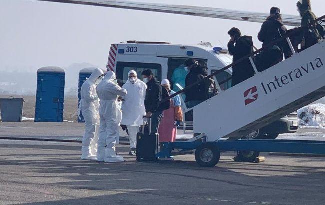 Колона з евакуйованими з Уханя залишила харківський аеропорт