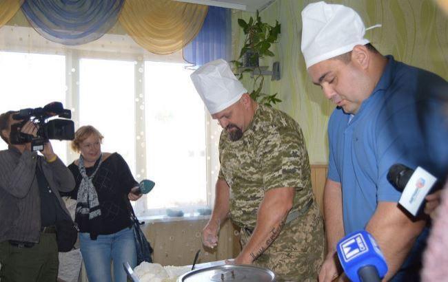 Фото: Вирастюк лепит вареники (dpsu.gov.ua)