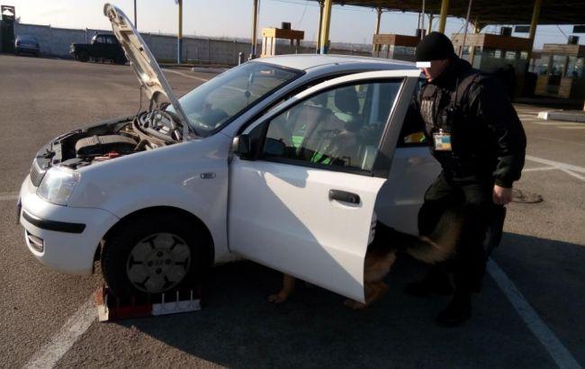 Фото: прикордонники виявили два автомобілі з бази Інтерполу