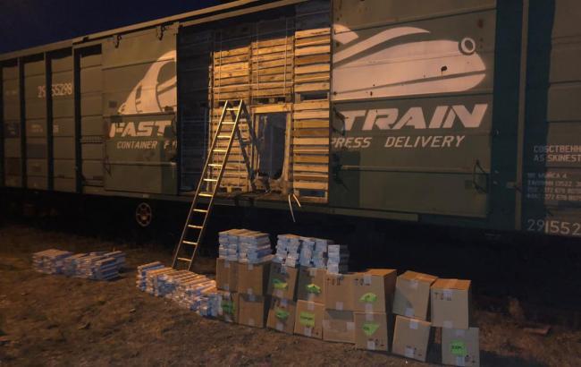 У Закарпатській області у вантажному поїзді виявили вагон з контрабандними сигаретами