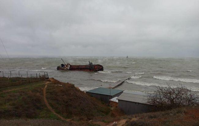 Затонулий танкер в Одесі планують прибрати до 25 червня