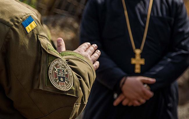 """""""Приставляли автомат до грудей"""": капелан розповів про нелегку службу на Донбасі"""