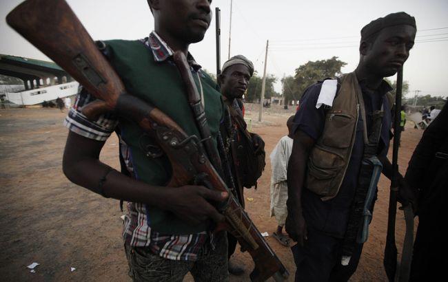 Фото: озброєні нігерійці