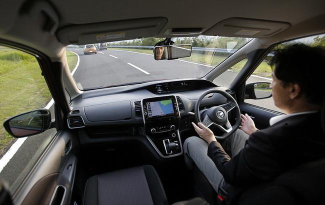 Фото: перероблена модель мінівена Serena зможе самостійно рухатися в автоматичному режимі на швидкісних трасах (AP)