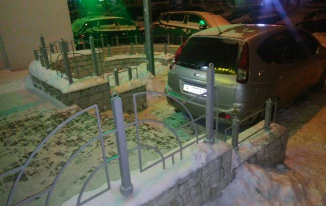 Фото: Водій заблокував машиною вхід в аптеку (vk.com)