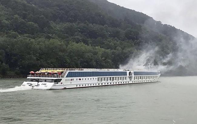 Фото: в Австрії загорілося судно (noe.orf.at)