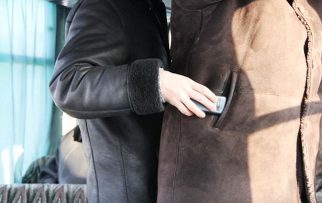 """""""Работают"""" в барах: киевлян предупредили о банде воров (видео)"""