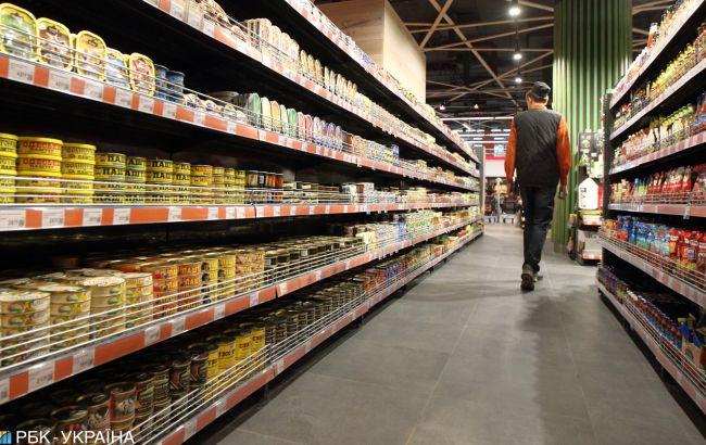 В Киеве полуголый мужчина на коне заехал в супермаркет (видео)