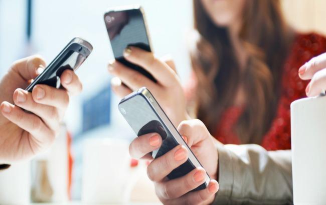 Фото: больше половины украинцев не представляют свою жизнь без мобильных устройств