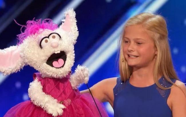 Дівчинка, що співає з заплющеними губами, стала зіркою соцмереж