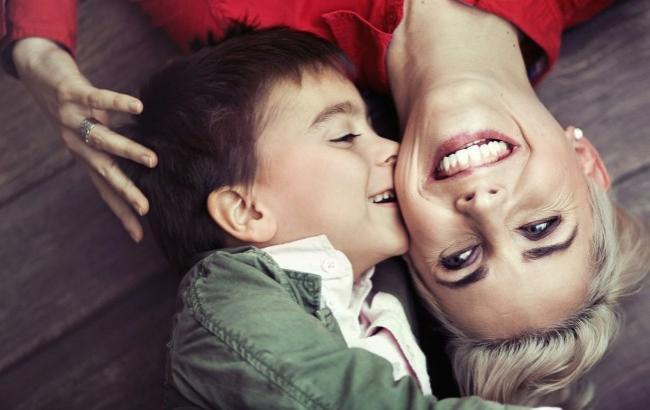 Фото: Малюк з мамою (womo.com.ua)
