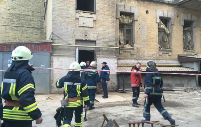 У центрі Києва обвалилася будівля, під завалами є люди