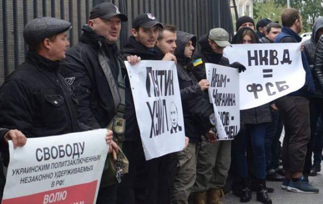 Фото: Учасники акції тримали плакати антипутінські (facebook.com)
