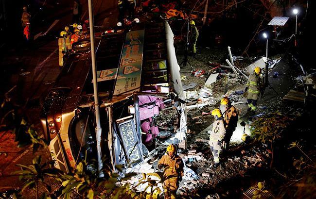 У Гонконзі перекинувся двоповерховий автобус, загинуло 18 людей