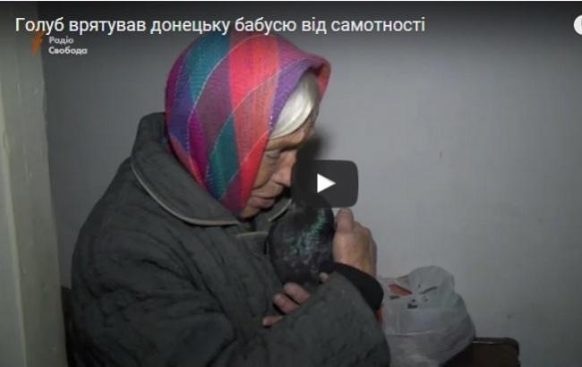 Фото: Пенсионерка в опустевшем селе приютила голубя