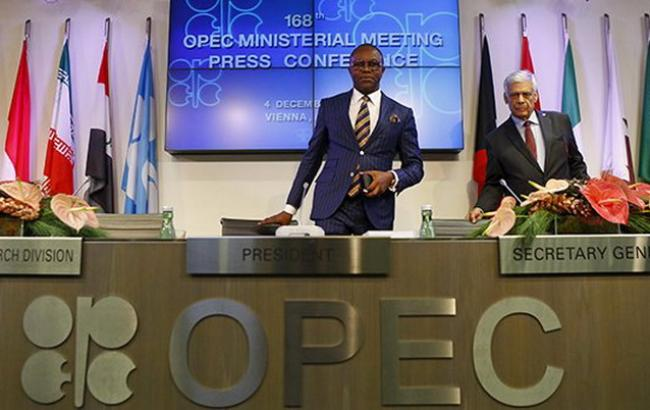 Фото: министр нефти Нигерии и нынешний президент конференции ОПЕК Эммануэль Ибе Качикву (в центре) (Reuters)