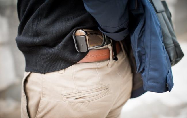 Фото: Мужчина с пистолетом (Nibler.ru)