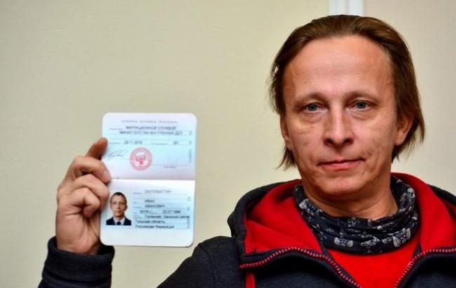 """Фото: Іван Охлобистін з паспортом """"ДНР"""""""