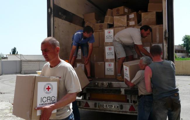 Красный Крест отправил наДонбасс 18 фургонов сгумпомощью
