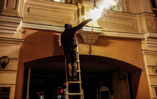 Фото: нападники спалили український прапор