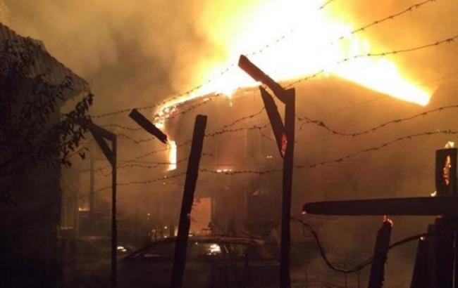 Фото: местные жители сожгли дом цыганского барона