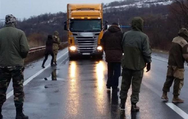Фото (mukachevo.net): активісти блокують рух російських фур на Закарпатті