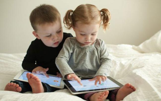 Фото: Современные дети с пеленок знакомы с технологиями (amorez.com)