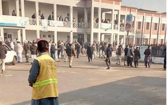 У Пакистані терористи захопили університет