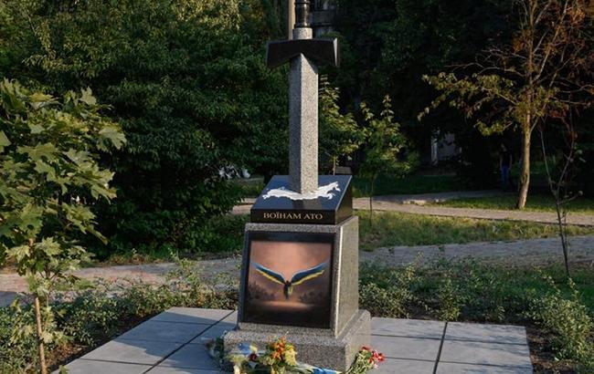 d32ee2e2493d Это уже далеко не первый акт вандализма над этим памятником. В Киеве  неизвестные вандалы осквернили памятник воинам АТО. Об этом передает
