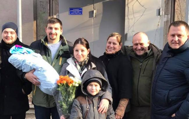 Фото: Дмитрий Ярош с семьей и Борисом Филатовым (facebook.com)