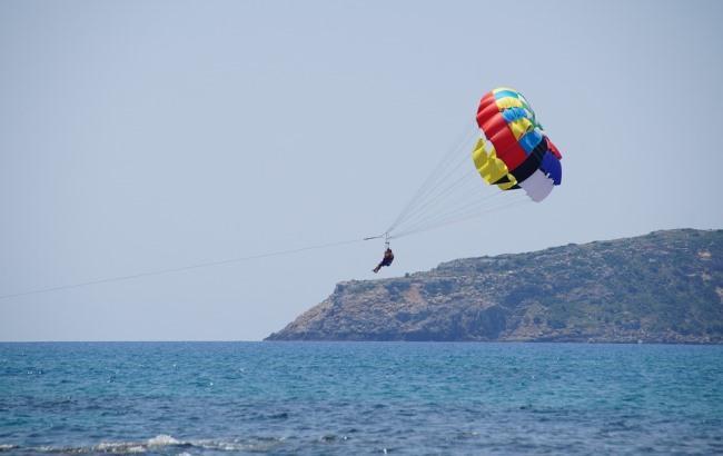 Уносило в открытое море: в Кирилловке отдыхающие поймали девушку на парашюте (видео)