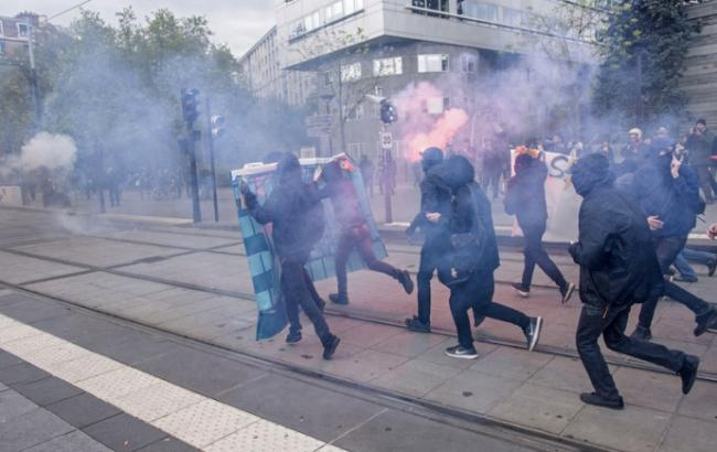 Впроцессе беспорядков встолице франции ранены двое полицейских