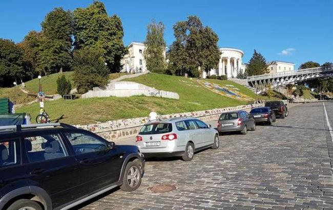 Фото: Скандальная парковка на Аллее Героев Небесной Сотни (facebook.com)
