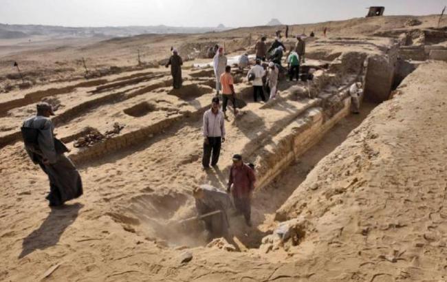В Египте возле пирамид археологи раскопали древний корабль