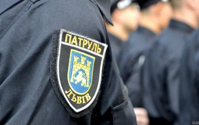 Фото: Львовским полицейским пришлось отбиваться (facebook.com)