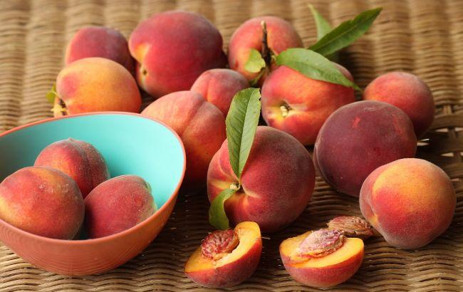 Врачи рассказали, кому запрещено есть персики