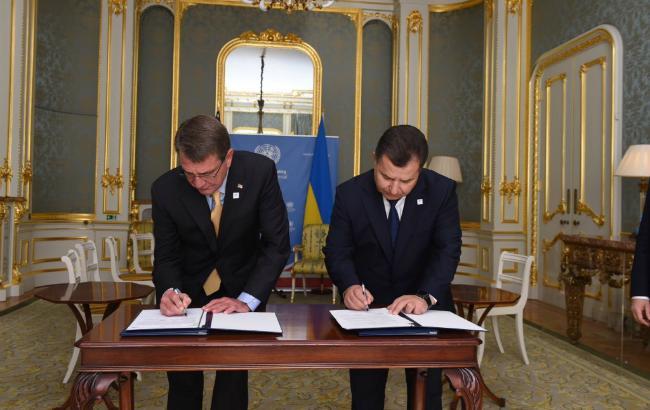 Фото: підписання угоди про військове співробітництво між США і Україною (Twitter /PentagonPresSec)