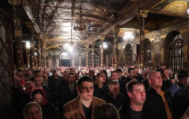 В Киево-Печерской лавре прихожане массово нарушали карантин: фото и видео с места богослужения