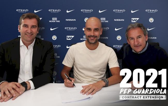Фото: Хосеп Гвардиола подписал контракт (mancity.com)