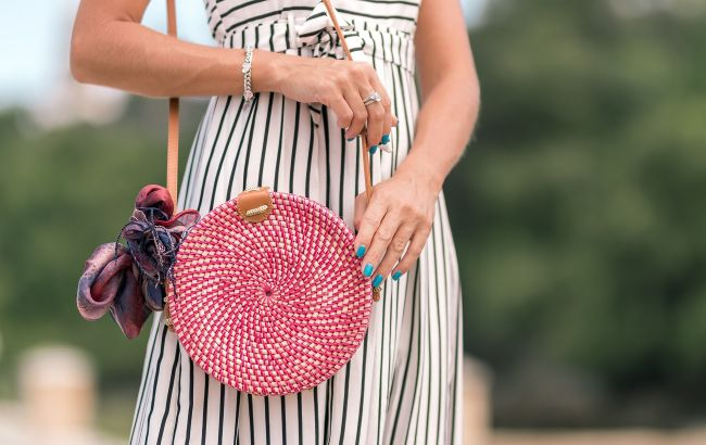 Ярко и модно: стилист рассказала, с чем носить трендовые летние сумки
