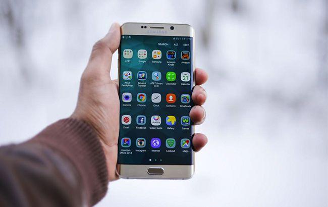 Фото: смартфон, що працює на операційній системі Android (pexels.com MOHI SYED)