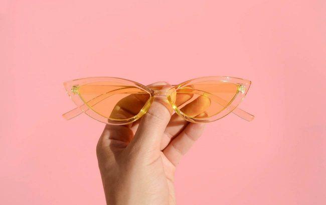 Оверсайз, логотипи на скельцях, кольорові оправи: стиліст показала трендові окуляри від сонця 2021