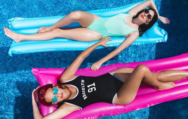Світлий колір повнить, дрібний принт - робить стрункою: поради стиліста, як вибрати купальник
