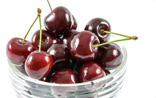 В Украине начался сезон вишни: за сколько продают ягоду