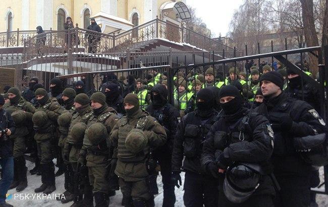 Фото: правоохранители возле суда (РБК-Украина)
